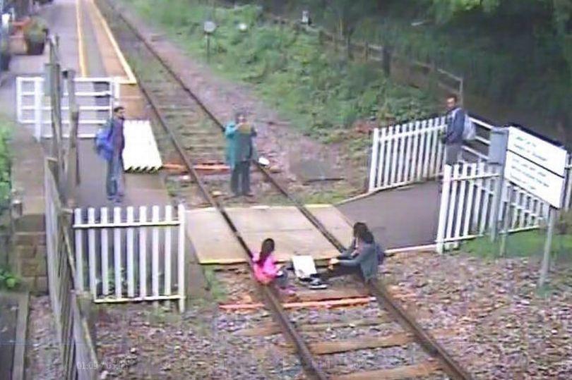 لحظة-قدوم-القطار-بسبب-السيلفي-3